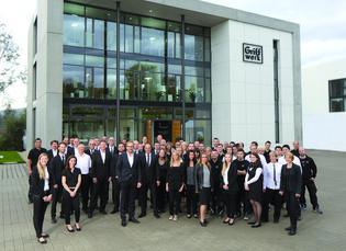 Die Eröffnung des neuen Firmengebäudes wurde 2014 mit allem Mitarbeitern gefeiert.